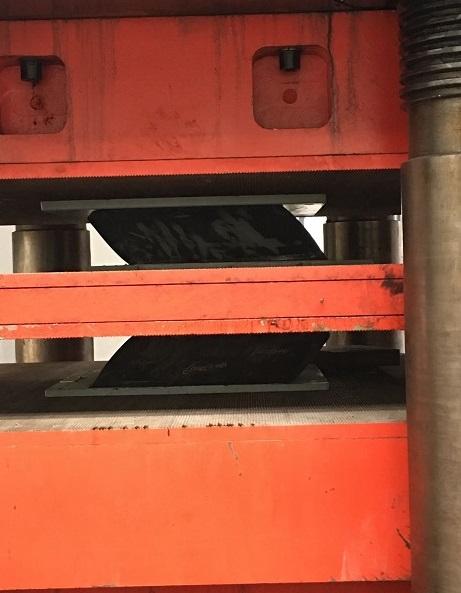 大吨位隔震橡胶支座压剪试验